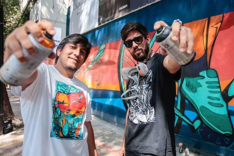 Capa Grafiteiros dão vida a tapumes de obras na Zona Sul